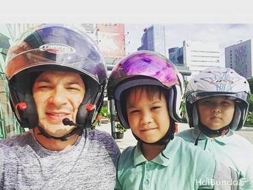 Saat nggak ada shooting, Ari memberi kejutan ke si kecil dengan menjemput mereka di sekolah lalu mengajak makan di mal deh. So sweet ya! (Foto: Instagram @ariwibowo_official)