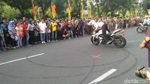 Petugas Dishub Unjuk Kebolehan Kendarai Motor di Depan Anies-Sandi