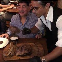 Ini Aksi Kocak Maradona Taburkan Garam ala 'Salt Bae' Bersama Chef Nusret Gokce