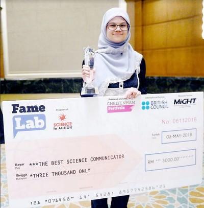 Hijabers Malaysia, Dr. Siti Khayriyyah Mohd Hanafiah, menyabet penghargaan Worlds Best Science Communicator. Foto: Dok. Facebook
