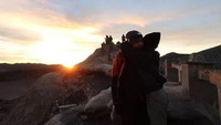 Ini juga menjadi salah satu momen mesra Al dan Alyssa. Mereka berpelukan di Bromo. Foto: (dok. Instagram)