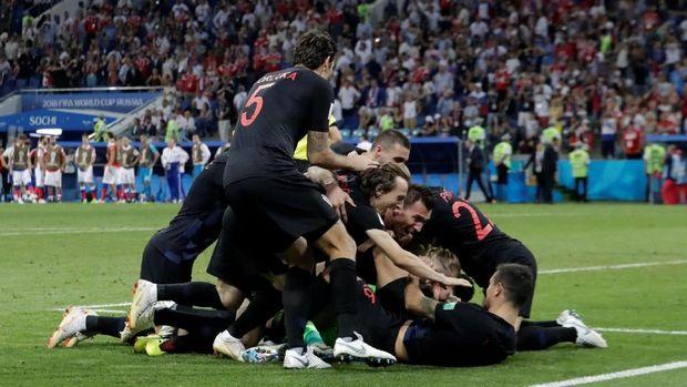 Para pemain timnas Kroasia merayakan kemenangan atas Rusia di babak perempat final.