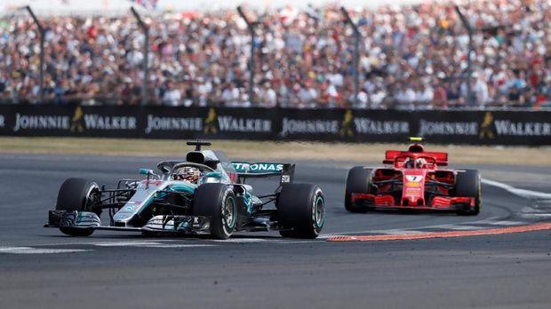 Lewis Hamilton sempat ditabrak Kimi Raikkonen di awal-awal lap balapan F1 GP Inggris. (