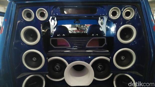 Speaker di bagian bagasi mobil