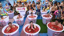 Yang Lain Kegerahan, Orang-orang Ini Malah Berendam Air Cabai