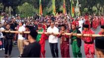 Saat Anies-Sandiaga Jajal Atraksi Bambu Gila di Jakarnaval