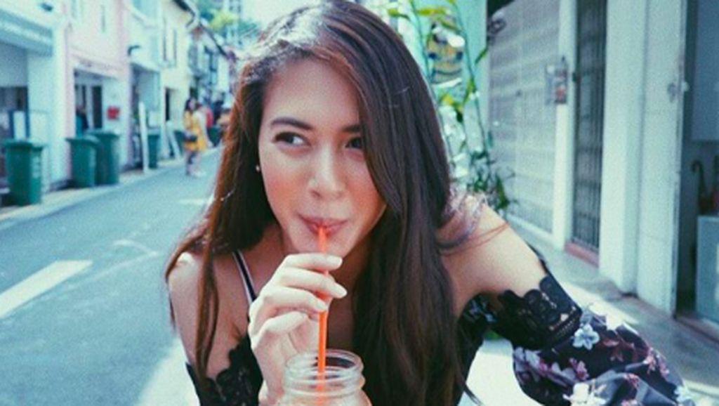 Suka Cicipi Minuman, Aurelie Moeremans Selalu Berpose Cantik Saat Minum