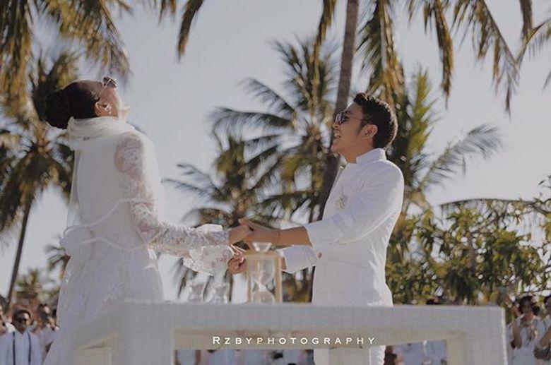 Resmi menikah, Dimas dan Nadine tampak tertawa lepas. Foto: (Instagram/rzbyphotography)