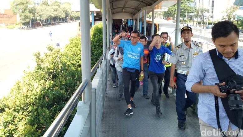 Sambil Naik TransJakarta, Sandiaga Tinjau Trotoar di Sudirman