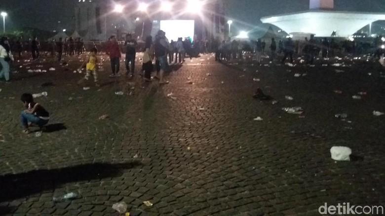 Jakarnaval Bubar, Sampah Berserakan di Monas