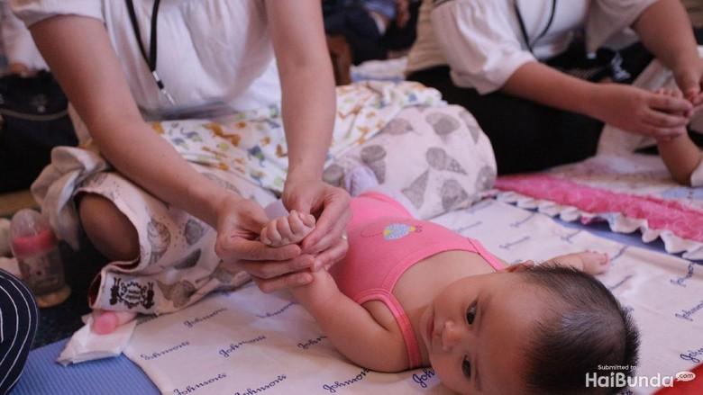 Manfaat Pijat Bayi untuk Fisik dan Psikis si Kecil/ Foto: Grandyos Zafna/detikcom