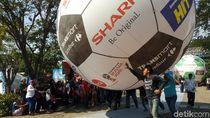 Komunitas Vespa Pecahkan Rekor MURI Giring Bola Terbesar