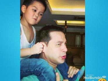 Iseng banget ya Marco. Nak, itu ayah bukan kuda. Hi-hi-hi. (Foto: Instagram @ariwibowo_official)