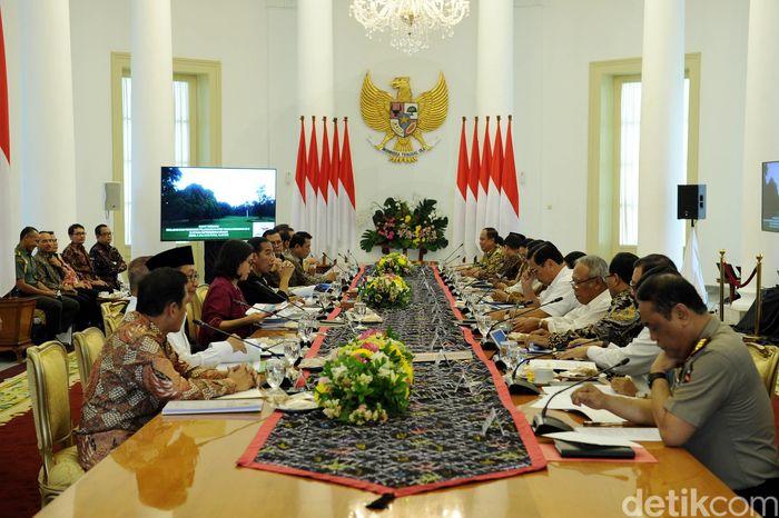 Presiden Jokowi memimpin rapat membahas ancaman perang dagang AS dan realisasi APBN 2018.