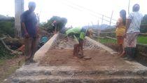 Warga Desa Ramai-ramai Gotong Royong Finishing Jembatan Maros