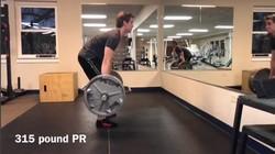 Si Ninja Warrior bernama Austin Gray ini tampak kurus. Tapi jangan salah! Dia kekar dan berotot, dari rutinitas olahraga angkat beban dan parkour.