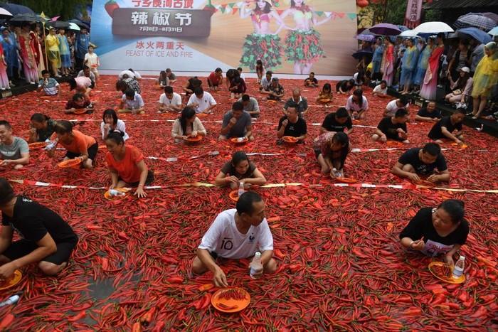 Temperatur di China sedang tinggi-tingginya ketika festival cabai tahunan digelar di Ningxiang, provinsi Hunan. Sejumlah orang berkumpul mengikuti lomba makan cabai sambil berendam. Foto: Getty images