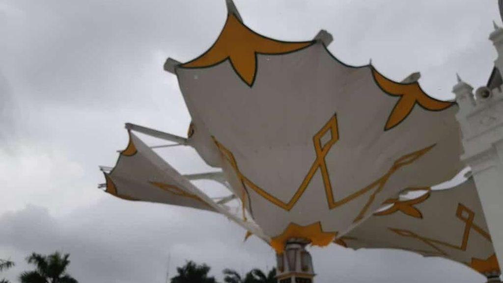 Akibat Cuaca, Payung Masjid Baiturrahman Aceh Sobek