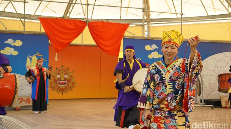 Pertunjukan Tari Eisa ini masih ada di dalam komplek Okinawa World. Tari Eisa yang hanya ada di Festival Bon (di pulau utama Jepang disebut Festival Bon Odori) disajikan di sini dalam skala kecil (Masaul/detikTravel)