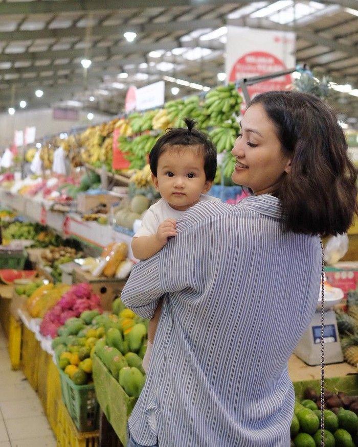 Begini potret kebersamaan Atiqah dan Salma saat berada di pasar. Atiqah pun sibuk berbelanja bahan makanan untuk racikan MPASI Salma. Foto: Instagram @tiqahhasiholan