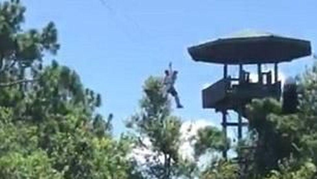 Main Flying Fox, Traveler Malah Tersangkut di Atas Kolam Aligator