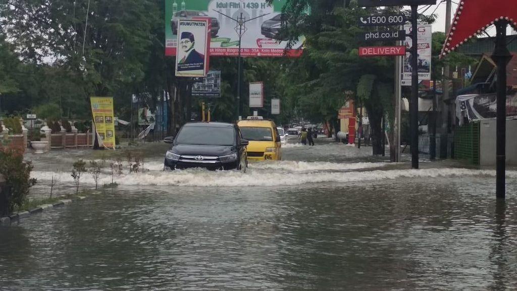 Banjir di Medan, Jalan Tergenang Hingga Tembok Pembatas Parit Jebol