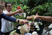 Pengunjung mencicipi produk rumah coklat Casa de Cacao (Syanti/detikTravel)