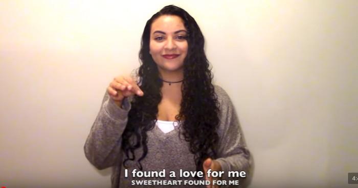 Nah, salah satu yang sering membuat cover dengan ASL adalah Anissa yang cukup populer di Youtube. Salah satunya dengan cover lagu Ed Sheeran. Foto: Youtube/ASL Anissa