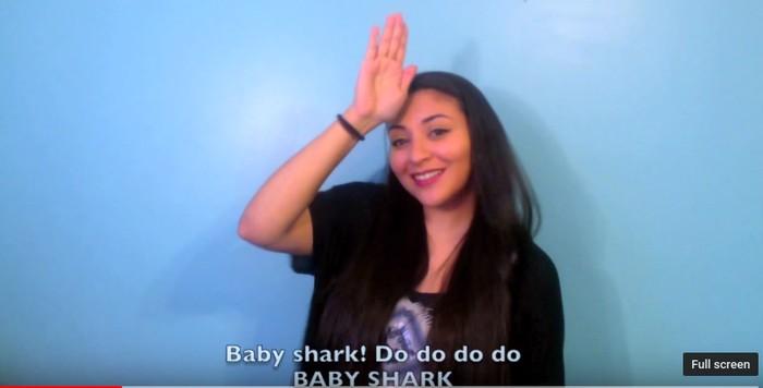 Kelompok tuna rungu adalah kelompok yang sering menggunakan bahasa ini, biasanya dengan mengkombinasikan bentuk tangan, orientasi dan gerak tangan, lengan, dan tubuh, serta ekspresi wajah. Foto: Youtube/Nahdiya Paramita