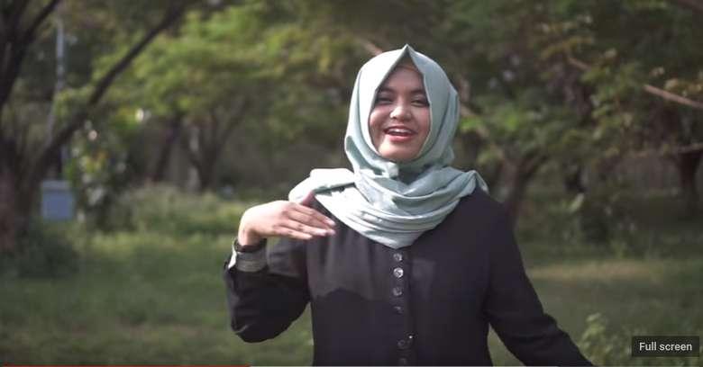 Ada beragam bahasa isyarat di dunia, di Indonesia dikenal dengan Bahasa Isyarat Indonesia (BISINDO). Ada juga Sistem Isyarat Bahasa Indonesia atau disingkat SIBI. Misalnya yang dilakukan oleh Nahdiya untuk cover lagu Surat Cinta untuk Starla dari Virgoun ini. Foto: Youtube/Nahdiya Paramita