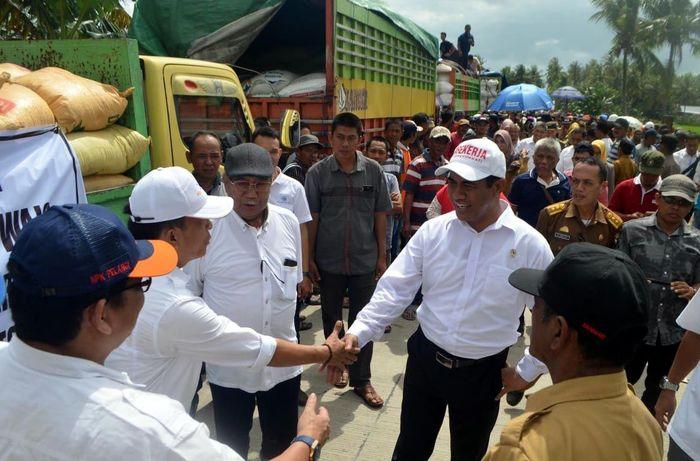 Penyerahan bantuan itu diberikan kepada kelompok tani di tiga Kabupaten yang terkena dampak puso di wilayah Sulawesi Selatan yaitu Kabupaten Wajo, Kabupaten Bone dan Kabupaten Soppeng. Foto: dok. Kementan
