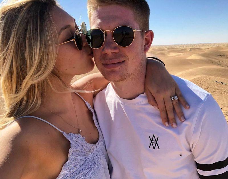 Inilah salah satu bentuk kemesraan yang dipamerkan Michele Lacroix, istri cantik Kevin De Bruyne. Michele mencium mesra sang suami saat mereka liburan bareng ke Dubai (Instagram/@lacroixmichele)