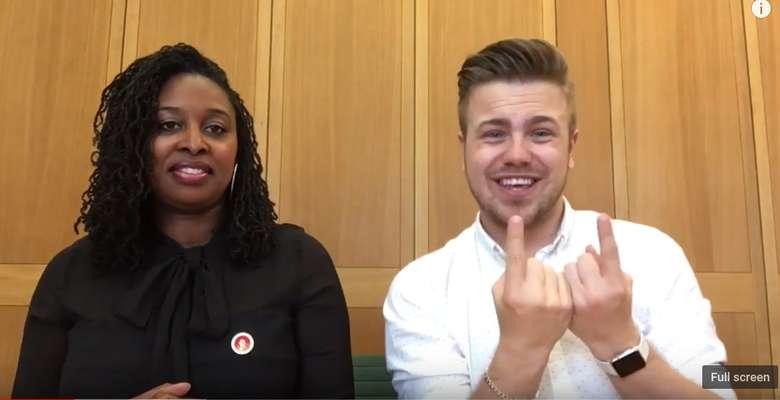 Bahasa isyarat adalah bahasa yang digunakan dengan bahasa tubuh atau gerak bibir. Foto: Youtube