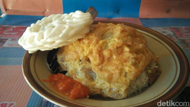 Penampakan nasi telur warung burjo di Yogyakarta.