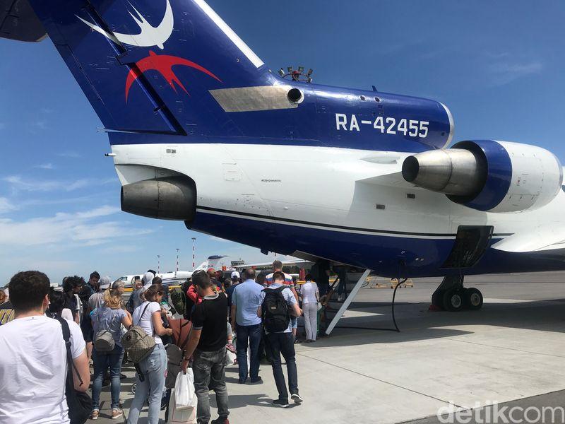 Inilah pesawat Izhavia Airlines. Traveler masuk ke pesawat ini lewat pintu belakang. Pesawat ini bikinan pabrikan Rusia asli, Yakovlev (Mohammad Resha Pratama/detikTravel)