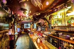 Bukan Hanya Ada Cocktail, Bar ini Juga Punya Koleksi Barang Antik