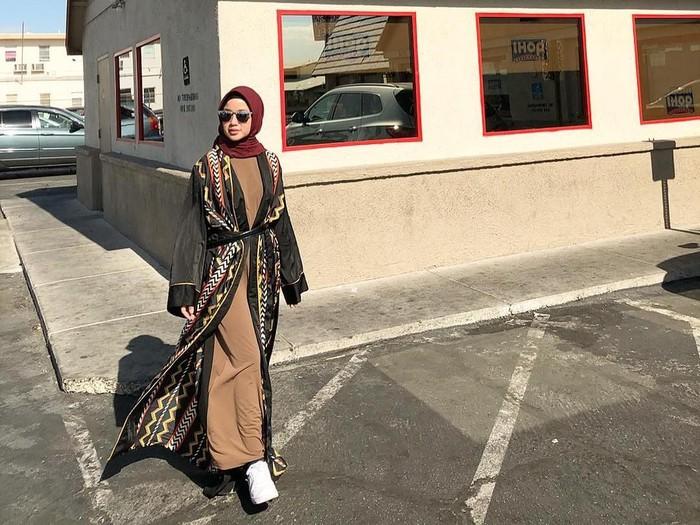 Chacha Frederica memakai hijab saat traveling ke USA. Foto: Instagram/ChachaFrederica