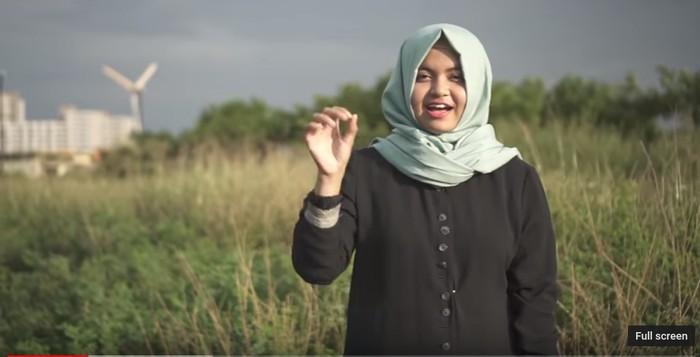 Terkadang ada juga yang menggunakan bahasa isyarat berbeda dari satu keluarga dengan keluarga lainnya. Foto: Youtube/Nahdiya Paramita