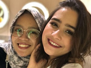 Kisah Siti Main ke Lokasi Syuting dan Jadi Asisten Prilly Latuconsina