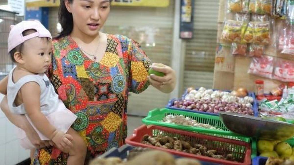 Begini Gaya Sarwendah Hingga Sissy Pricilia Saat Belanja di Pasar