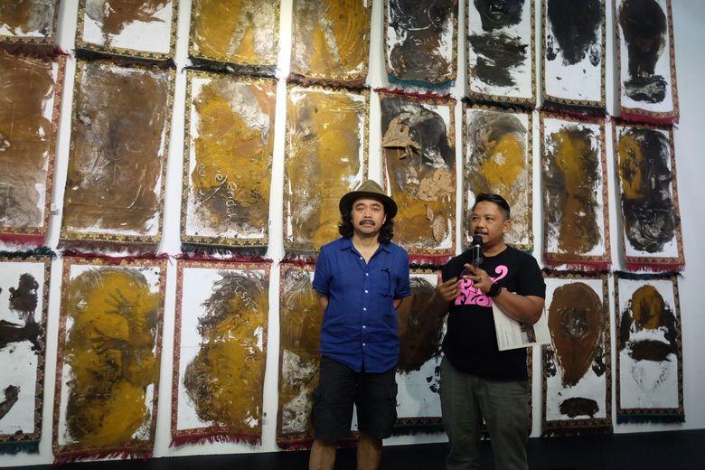 Pameran tunggal Tisna diberi judul Potret Diri Sebagai Kaum Munafik. Karya dengan judul serupa pernah digelar secara live saat pembukaan Museum MACAN Jakarta. Foto: Tia Agnes/detikHOT