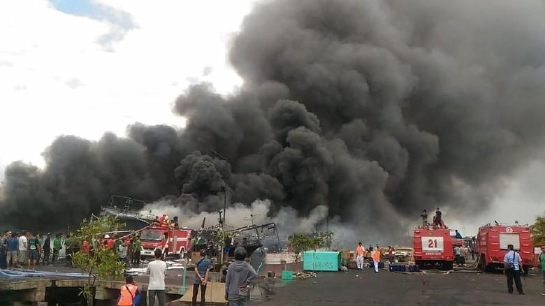 Ada 25 Kapal Ikan yang Masih Terbakar di Pelabuhan Benoa Ferrari Terbakar Di Kapal on