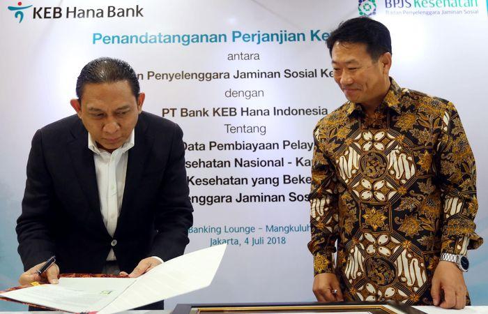 Direktur Utama Bank KEB Hana Lee Hwa Soo (kanan) dan Direktur Keuangan dan Investasi BPJS Kesehatan Kemal Imam Santoso (kiri) menandatangani perjanjian kerja sama antara Bank KEB Hana dan BPJS Kesehatan di Jakarta. Foto: dok. BPJS Kesehatan