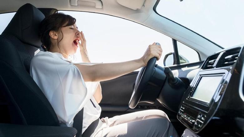 Ilustrasi seorang pengemudi wanita mengantuk saat nyetir Foto: Thinkstock