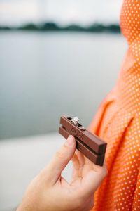 Karena Tak Bisa Makan Kit Kat, Pria Ini Lamar Kekasih Pakai Kotak 'Cincin Kit Kat'