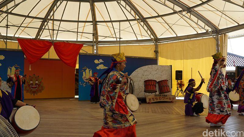 Dalam Tari Eisa ini, traveler dapat menikmati pula semua seni pertunjukan orang-orang Okinawa, seperti alat musik tabuh, tarian singa, dan angama. Tari ini memang asli dari Pulau Okinawa (Masaul/detikTravel)