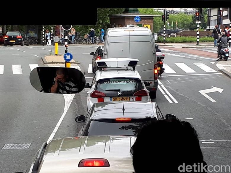 Polisi Parkir di Amsterdam yang menertibkan parkir sembarangan. Foto: M Luthfi Andika