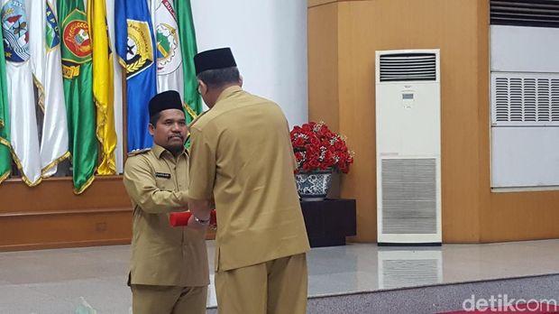 Menteri Dalam Negeri Tjahjo Kumolo menyerahkan surat keputusan (SK) Plt Gubernur Aceh Nova Iriansyah dan Bupati Bener Meriah Syarkawi