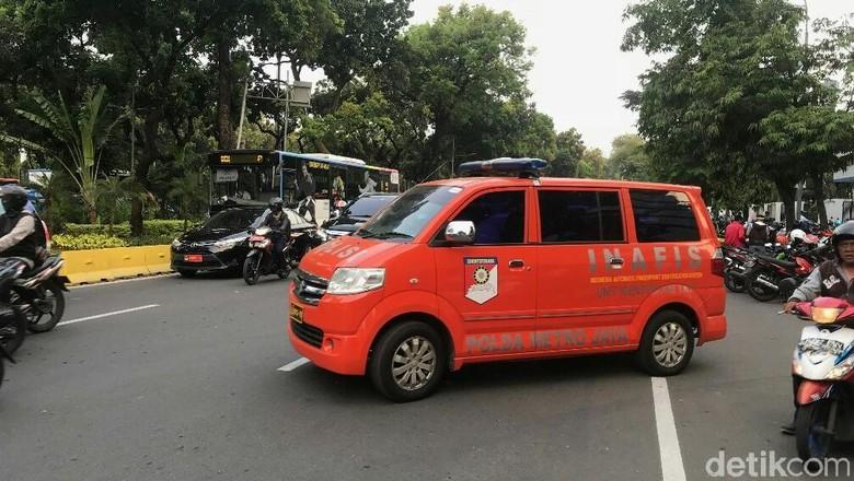 2 Mobil Puslabfor dan Inafis Polisi Tinggalkan Gedung Kemenhub