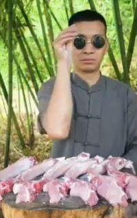 Viral! Ini Pria Asia 'God of Cooking' yang Parodikan Video Masak Salt Bae